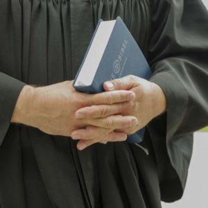 Bibel in der Hand